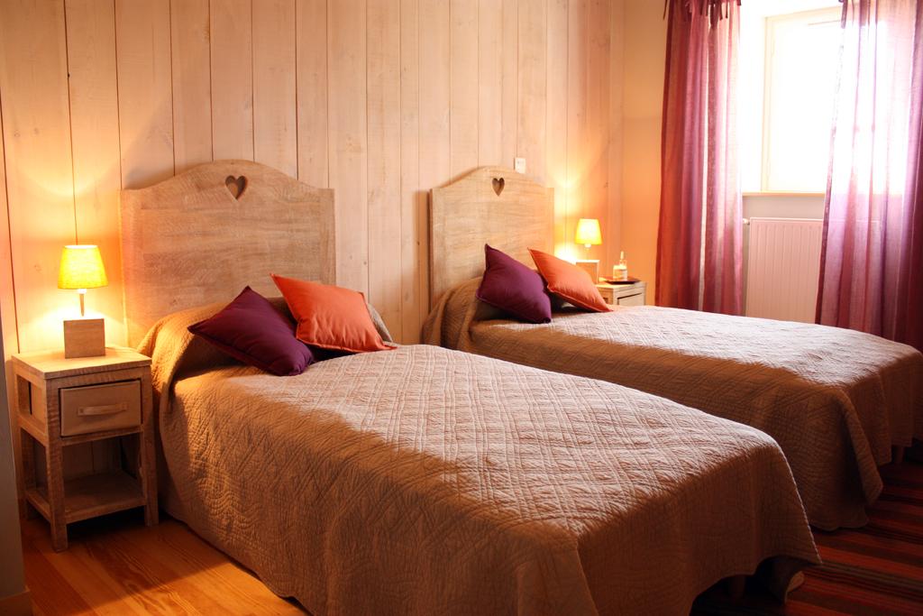 petit-gite-chambre-avec-deux-lit-simple-cantal-auvergne