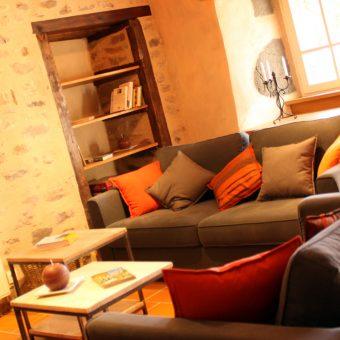 salon-contemporain-cantal-auvergne-petit-gite